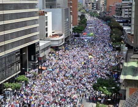 """Al filo del mediodía miles de manifestantes opositores avanzaron por las calles del este de Caracas para condenar lo que consideran como la """"injerencia"""" del gobierno cubano en Venezuela FOTOS NEWS FLASH / JC"""